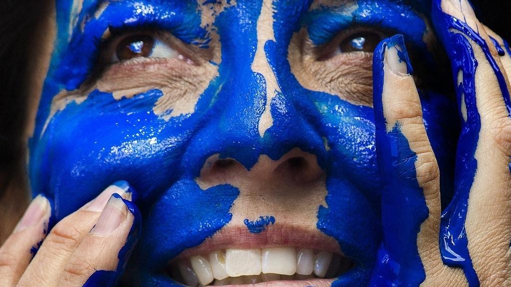 femme dont le visage est peint en bleu