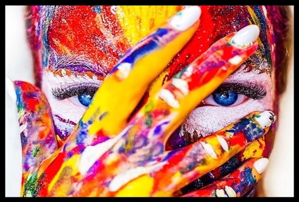 Femme au visage et mains multicolores