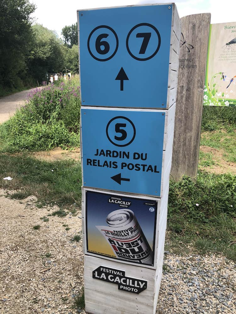 Borne indicative durant le Festival de la photo à La Gacilly en 2019