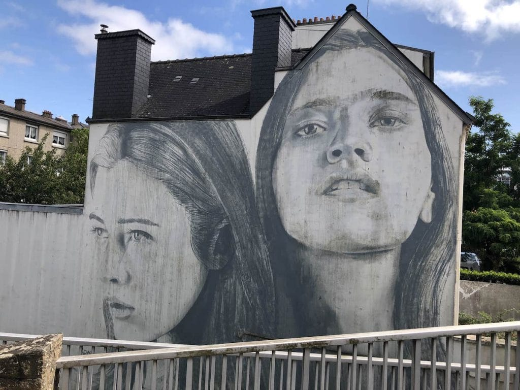 Portrait de deux jeunes femmes sur un mur à Vannes