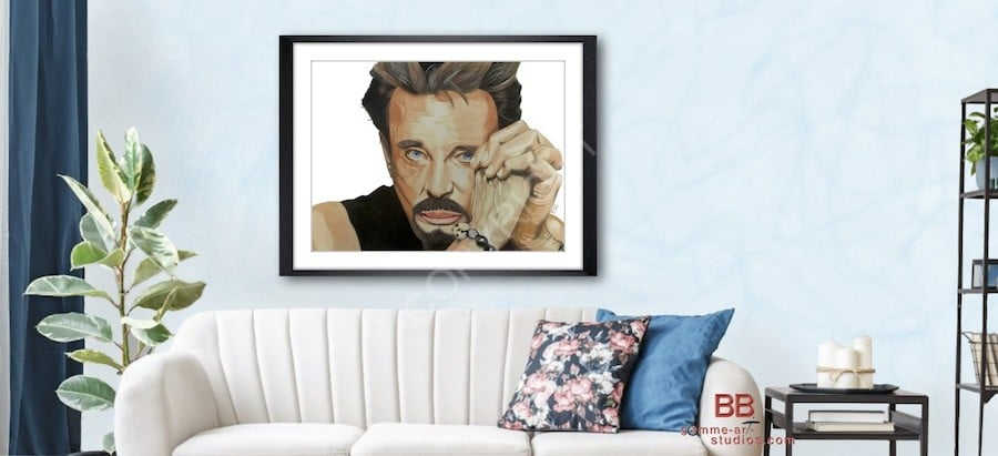 Mise en situation sur le mur d'un salon d'un portrait dessiné de Johnny Hallyday